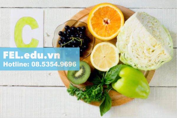 Vitamin C còn giúp tái tạo collagen, chuyển hóa folate và sắt