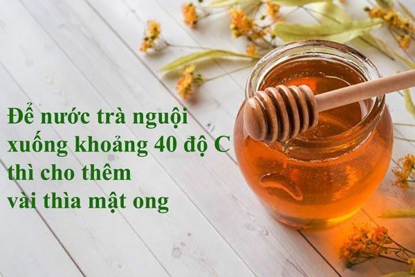 Để nước trà nguội xuống khoảng 40 độ C thì cho thêm vài thìa mật ong