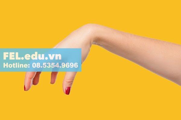 Để tạo ra khoái cảm mãnh liệt cho người đàn ông, chị em phụ nữ nên dùng cả bàn tay nắm trọn lấy dương vật