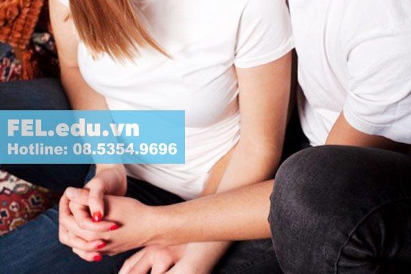 Cho tay vào vùng kín là hành động bạn trai hoặc bạn gái tự cho tay vào âm đạo