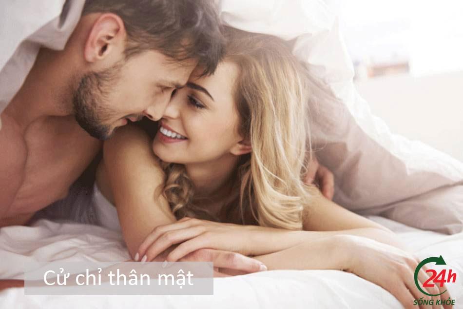 Cách kích thích bạn gái - Cử chỉ thân mật
