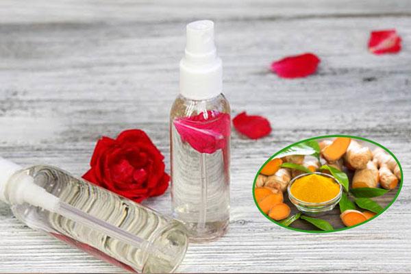 Đắp mặt nạ nghệ và nước hoa hồng trị thâm mụn