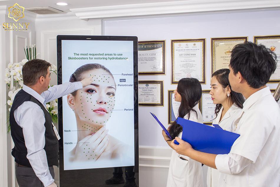 Hình ảnh đội ngũ Chuyên gia y bác sĩ đang trao đổi về Công nghệ mới